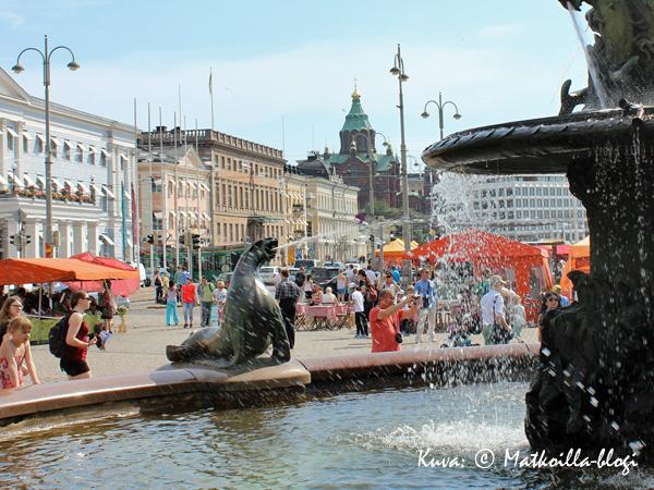 Helsingin Kauppatori on kesällä täynnä elämää. Kuva: © Matkoilla-blogi