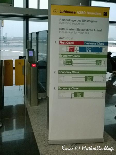 Lufthansan A380 lastataan saksalaisen järjestelmällisesti - Ordnung muss sein! Kuva: © Matkoilla-blogi