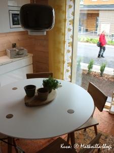 """Asuntomessut 2015: Keittiön ruokapöytä """"Kakstuhatkodissa"""". Kuva: © Matkoilla-blogi"""