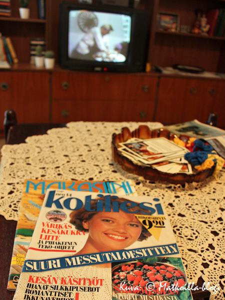 Asuntomessut 2015: Kasarikodin olohuonepöytä näytti melko tutulta; ja tutut olivat myös TV'ssä pyörivän Patakakkosen miehet… . Kuva: © Matkoilla-blogi
