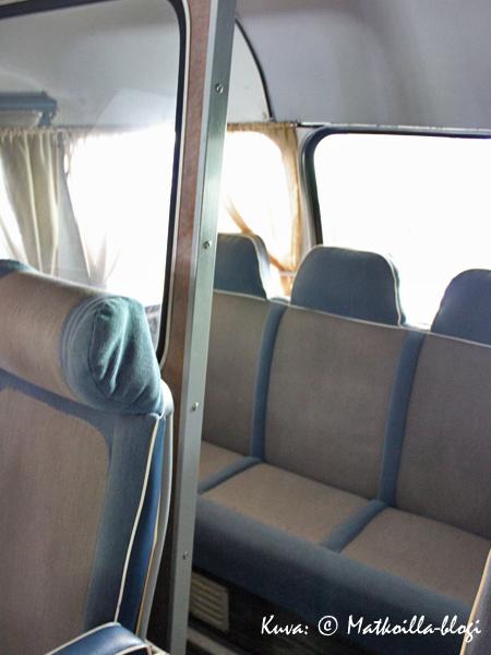 Ennen oli takapenkillä tupakointi sallittu - huomatkaa takapenkin muusta matkustamosta erottava väliseinä. Kuva: © Matkoilla-blogi