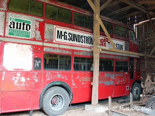 Yhdestä suulista löytyi vielä lisää entisöitävää: Vanha kaksikerroksinen Lontoon-bussi vm 1952. Kuva: © Matkoilla-blogi