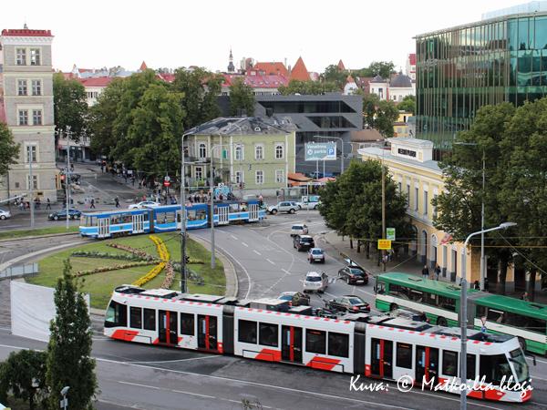 Vanha ja uusi raitiovaunu kohtaavat keskustassa. Kuva: © Matkoilla-blogi