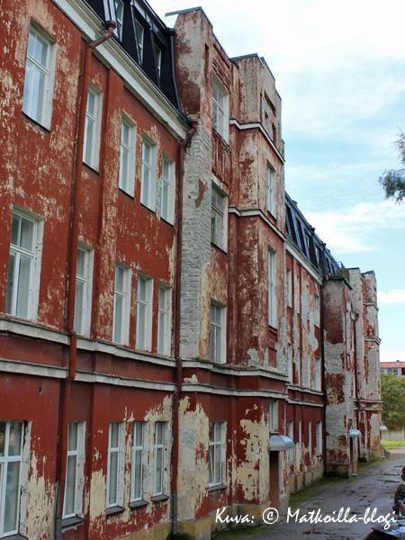Koplissa on vielä runsaasti peruskorjauksen tarpeessa olevia taloja… . Kuva: © Matkoilla-blogi