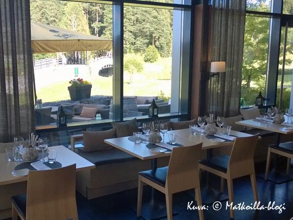 Bistro O Mat'in ravintolasalia leimaa selkeä, skandinaavinen sisustustyyli. Kuva: © Matkoilla-blogi