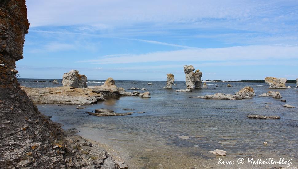 Raukkien saari Fårö; kuvan keskellä yksi kuuluisimmista raukeista, Kaffekannan (joidenkin mukaan Hunden). Kuva: © Matkoilla-blogi
