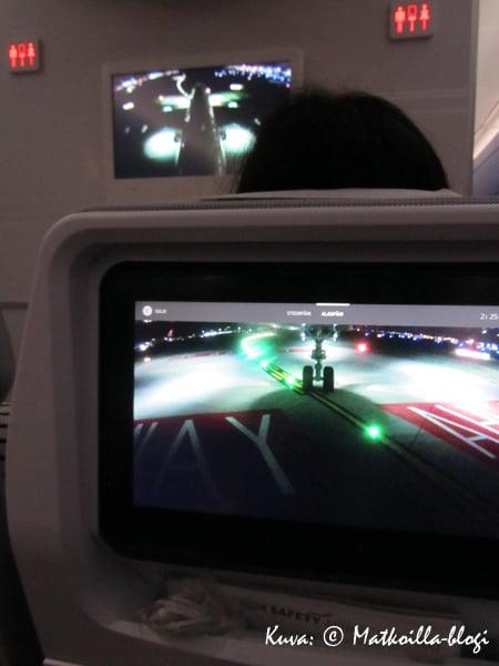 Henkilökohtainen viihdejärjestelmä perustuu 11'' kosketusnäyttöön edessä olevassa selkänojassa. Kuva: © Matkoilla-blogi