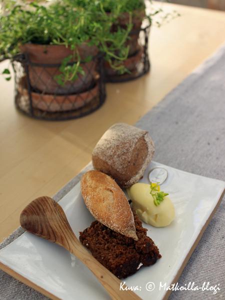 Alkuun leipää ja voita, jossa oli aito maku. Kuva: © Matkoilla-blogi