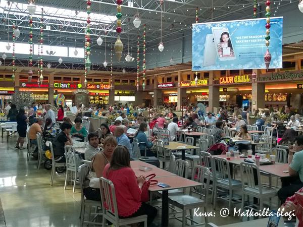 Atrio Cafe, toinen Dolphin Mallin kahdesta ruokailualueesta, johon on ryhmittynyt toistakymmentä ruokapaikkaa (pääosin pikaruokapaikkoja). Kuva: © Matkoilla-blogi