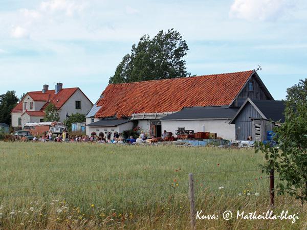Kutens Bensinin rakennuksen takana, niityn reunassa on terassi, jolta ei löydy kahta samanlaista terassituolia. Kuva: © Matkoilla-blogi