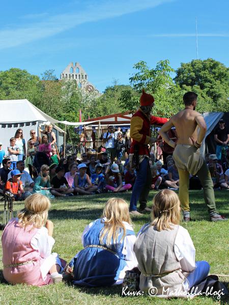 Keskiaikaviikon suosituimpia ohjelmia ovat ilveilijöiden esitykset. Kuva: © Matkoilla-blogi