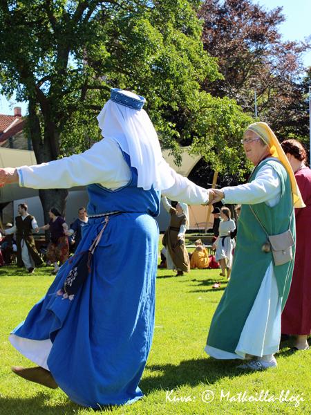 Keskiaikaisissa tansseissa. Kuva: © Matkoilla-blogi