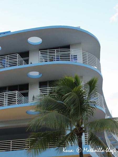 Art Deco-tyylille ominaisia kaarevia muotoja ja laivatyylisiä kaiteita Miami South Beachilla. Kuva: © Matkoilla-blogi