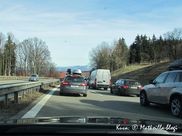 Autobahnilla liikenne sujuu useimmiten hyvin, mutta äkillisiinkin pysähdyksiin on koko ajan syytä olla varautunut. Kuva: © Matkoilla-blogi