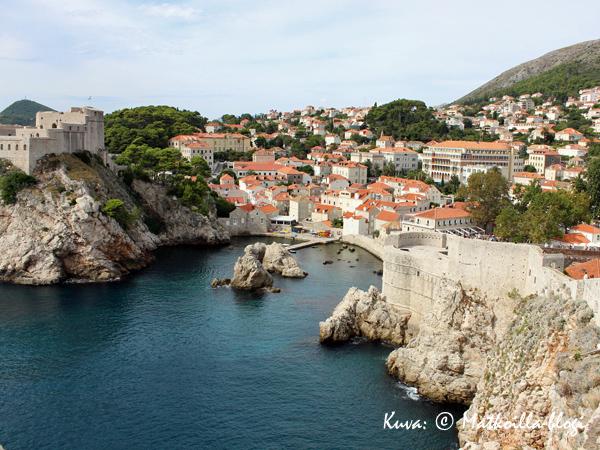 Pienen poukaman toisella puolella kohoaa Lovrijenacin linnoitus, jota on kutsuttu myös Dubrovnikin Gibraltariksi. Kuva: © Matkoilla-blogi
