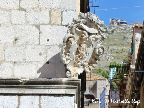 Dubrovnikissa voi monessa talossa vielä nähdä sodan arpia kunhan katsoo tarkkaan. Kuva: © Matkoilla-blogi
