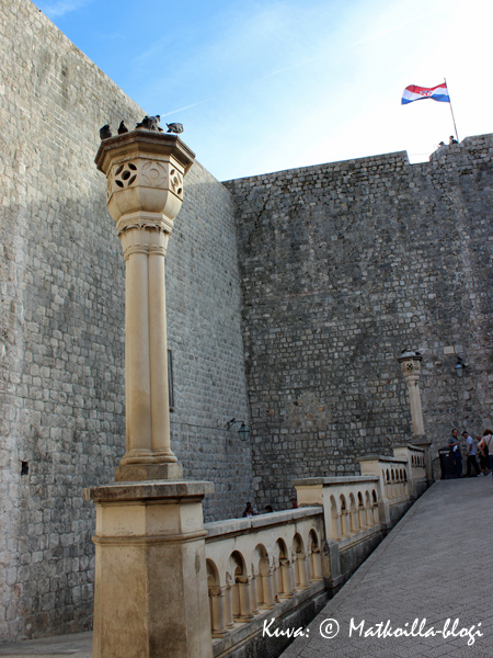 Dubrovnikin kaupunginportin sisäpuolella alkaa toinen maailma. Kuva: © Matkoilla-blogi