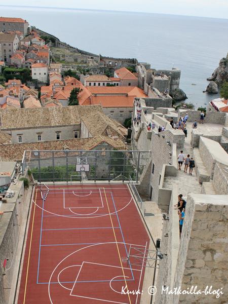 Kun käytetään hieman luovuutta saadaan myös koripallokenttä mahdutettua muurin ja talojen väliin. Kuva: © Matkoilla-blogi