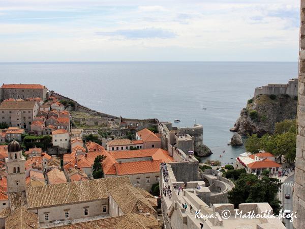 Meren puolella muuri kapenee, ja kohotta ajoittain korkeanpaikankammoisen pulssia. Kuva: © Matkoilla-blogi