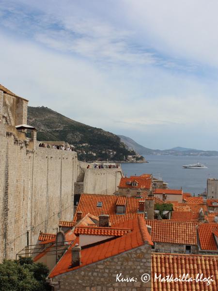 Kaupunkimuurien korkeus vaihtelee, ja osittain muuri on rakennettu luonnonkallioita seuraillen, osittain kivestä. Kuva: © Matkoilla-blogi