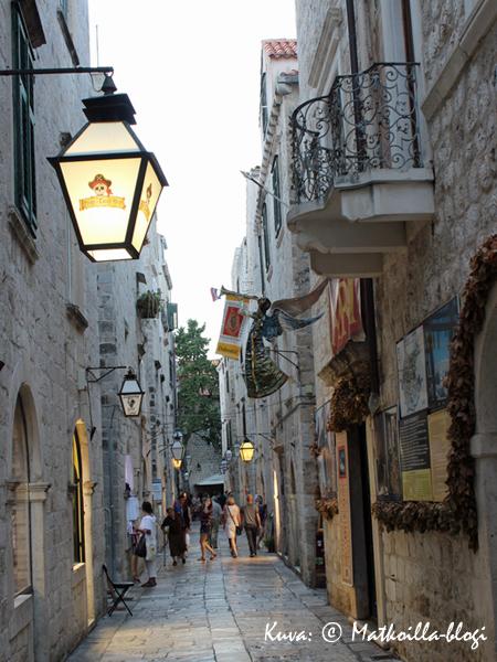 Vanhassa kaupungissa mainoskylttien virkaa toimittavat samanlaiset katulyhdyt - tyylikästä. Kuva: © Matkoilla-blogi