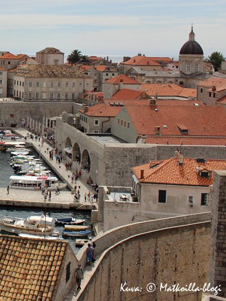 Kaupunkimuuri kiertää myös läheltä vanhankaupungin venesatamaa. Kuva: © Matkoilla-blogi