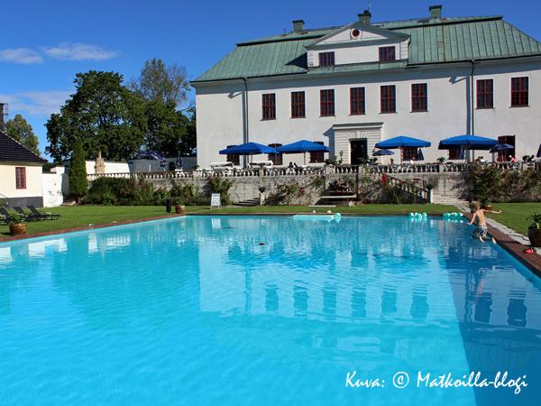 Linnan puutarhassa hotellivieraat voivat nauttia uima-altaasta, joka oli yksi Ruotsin ensimmäisistä. Kuva: © Matkoilla-blogi