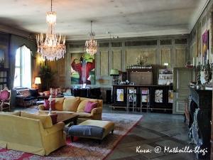 Linnan yläkerran värikkäästi sisustetussa salissa sijaitsee myös pieni hotellibaari. Kuva: © Matkoilla-blogi