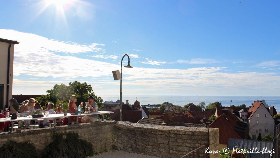 Café Krönetin terassilta aukea näköala yli Visbyn kattojen ja aavan meren. Kuva: © Matkoilla-blogi