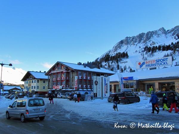 Obertauernin kylän keskustasta löytyvät talvimatkailijan tärkeimmät, eli SPAR ja Intersport. Kuva: © Matkoilla-blogi