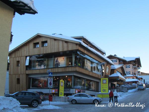Obertauernin huippuliikkeisiin kuuluu Freudenhaus, sekoitus muotiliikettä, urheilukauppaa ja ravintolaa. Kuva: © Matkoilla-blogi