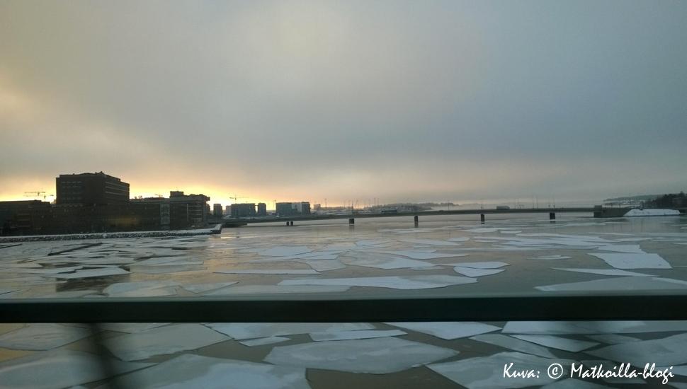 Keskiviikon kuva: Jäidenlähtö Lauttasaaren sillalla. Kuva: © Matkoilla-blogi