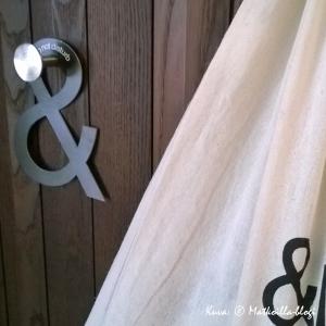 Huoneissa itseäni miellyttävä yksityiskohta oli seinän pähkinänruskea puupaneeli. Kuva: © Matkoilla-blogi
