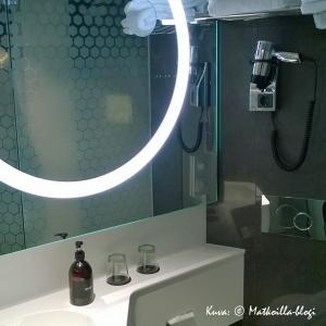Tyylikäs ja valoisa kylpyhuone. Kuva: © Matkoilla-blogi