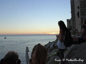 Buza Bar - meren läheisyys, kalliot ja jykevä kaupunkimuuri selän takana. Kuva: © Matkoilla-blogi