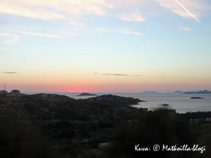 Aurinko laski Cavtatin kylän kohdalla matkatessamme takaisin Dubrovnikiin Montenegron retkeltä. Kuva: © Matkoilla-blogi