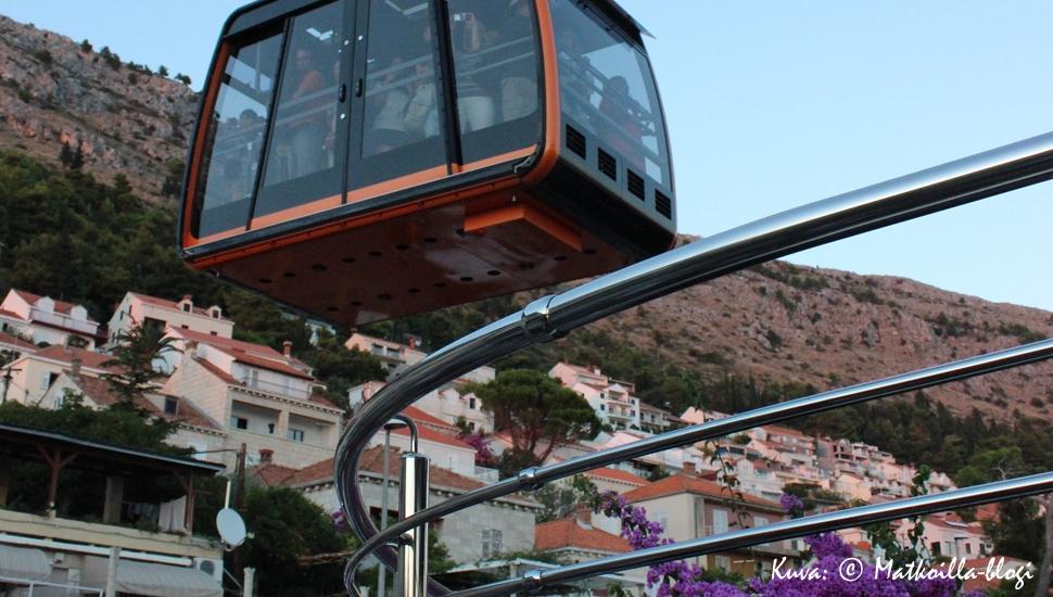 """Matkamme kabiinilla alas Srd-vuorelta voisi kuvailla lauseella """"Hetkiä jotka jäävät elämään"""" . Kuva: © Matkoilla-blogi"""