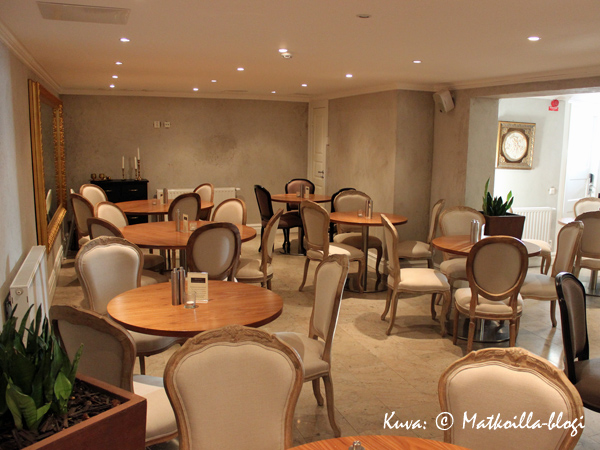 Hotellin kodikas aamiaishuone sijaitsee kellarikerroksessa. Kuva: © Matkoilla-blogi