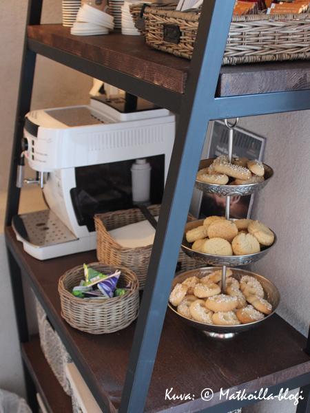 Sympaattinen piirre: kahviautomaatti ja pikkuleipiä esillä hotellivieraita varten. Kuva: © Matkoilla-blogi