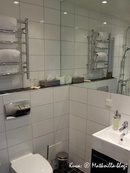 Täyskaakeloitu kylpyhuone. Kuva: © Matkoilla-blogi