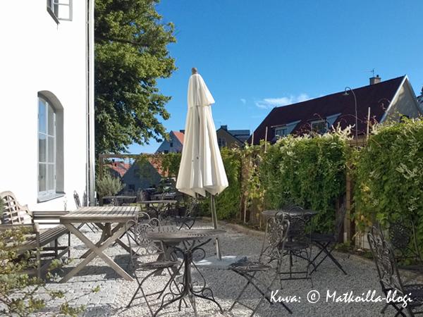 Hotellin takapihalla olevalla aurinkoisella terassilla oli mukava nauttia aamiaista. Kuva: © Matkoilla-blogi