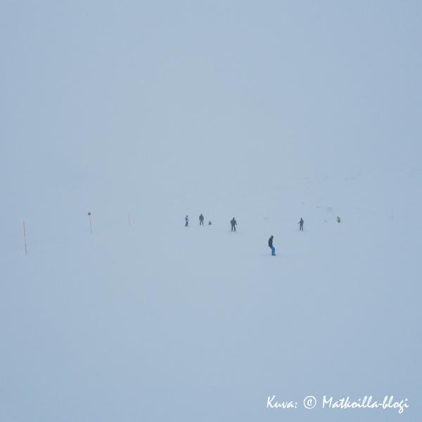 Lumipyry haittasi merkittävästi tiistain laskuja. Kuva: © Matkoilla-blogi
