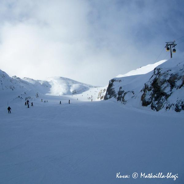 Zehnerkarspitzelle noustaan kabiinilla (2196 mpy), alas löytyy useita vaihtoehtoja niin sini- kuin punasävyisinäkin. Kuva: © Matkoilla-blogi