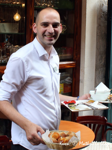 Sesongin loppupuolella ravintolahenkilökunnalla kesän kiireet olivat jo takanapäin ja hymy herkässä. Kuva: © Matkoilla-blogi
