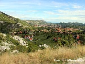 Laskeutumassa alas vuoristosta kohti Cetinjin kaupunkia. Kuva: © Matkoilla-blogi