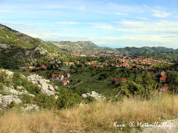 Laskeutumassa alas vuoristosta kohti Cetinjen kaupunkia. Kuva: © Matkoilla-blogi