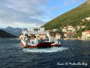 Matkalla kohti Dubrovnikia Kotorin vuono ylitettiin lautalla. Kuva: © Matkoilla-blogi
