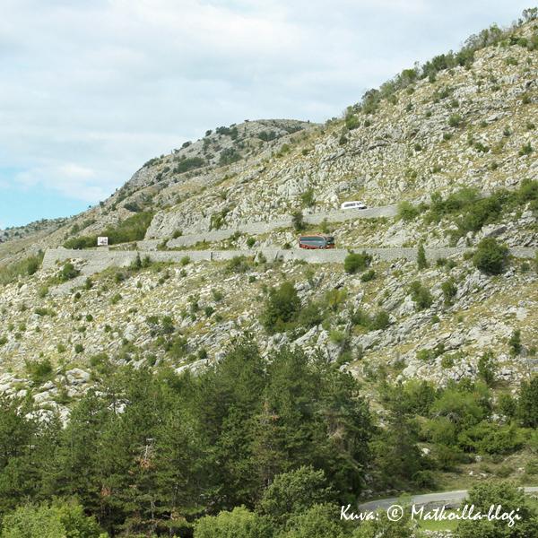 Njegusin laaksossa serpentiinitie jatkui, mutta pienemmin pudotuksin. Kuva: © Matkoilla-blogi