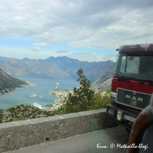 Kapealla tiellä kuorma-auton ja bussin kohtaaminen vaatii tarkkuutta. Kuva: © Matkoilla-blogi