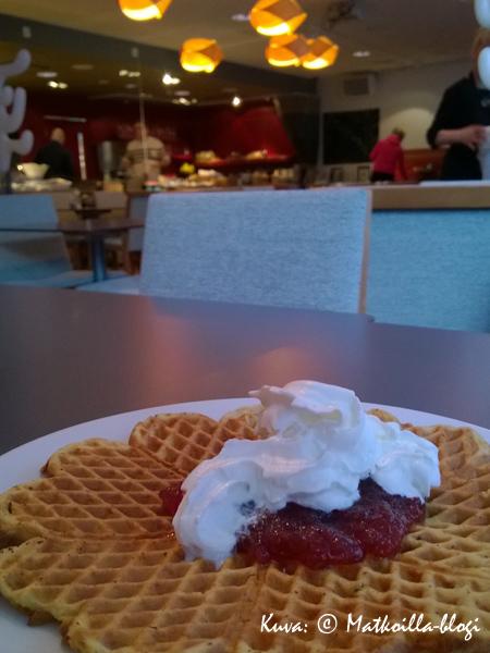 Aamiaishetken kruunaa aina vastapaistettu vohveli - #ihanitepaistoin. Kuva: © Matkoilla-blogi